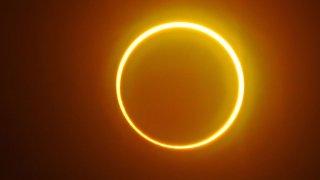 """La luna se mueve frente al sol en un raro eclipse solar de """"anillo de fuego"""" visto desde la isla Balut, provincia de Saraggani, en la isla sureña de Mindanao, el 26 de diciembre de 2019."""