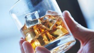alcohol-en-mano