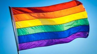 arrestan-a-doctor-en-Arabia-Saudita-por-izar-bandera-gay-homosexual