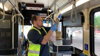 Desinfectan autobuses VIA