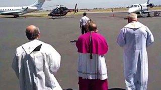 Obispos bendicen a fieles desde helicóptero