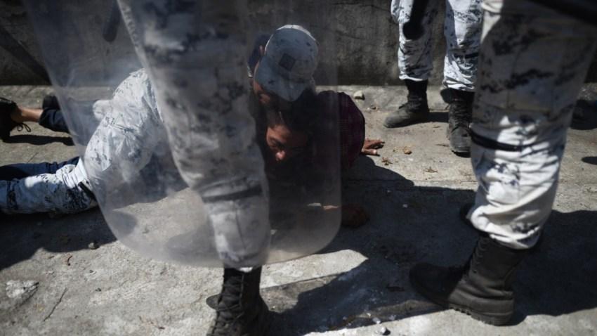 Policía mexicana detiene a migrante que ingresa a México