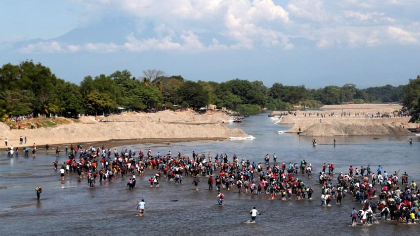 Migrantes cruzan en el Río Suchiate