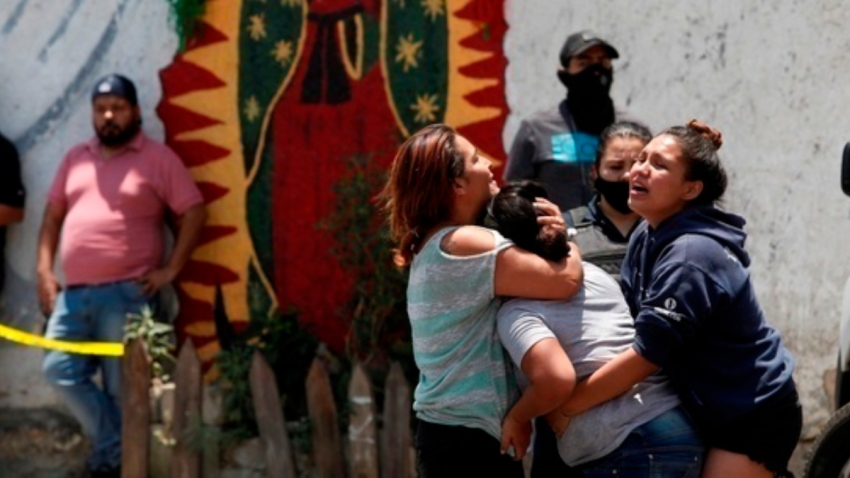 Mujeres lloran en escena de crimen