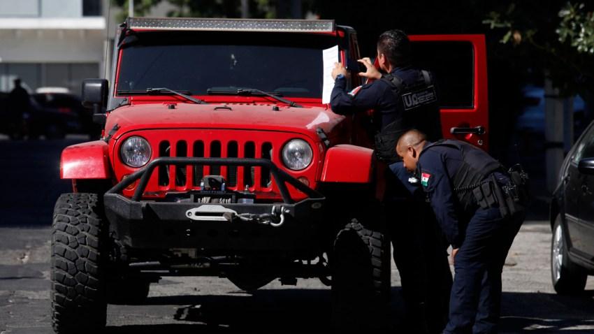 Policías revisas un vehículo vinculado a hechos de violencia