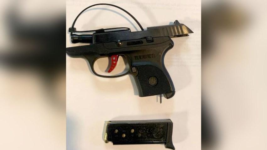 Pistola confiscada en Del Río