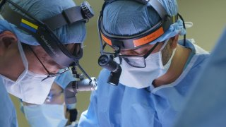 Doctor performs double lung transplant