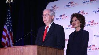 El senador republicano estadounidense Mitch McConnell de Kentucky (L) acompañado de su esposa Elaine Chao (R) mientras habla en una conferencia de prensa luego de su proyectada victoria en la carrera por el Senado en el Hotel Omni en Louisville, Kentucky, EE. UU., 03 de noviembre de 2020.