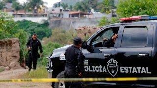 Policías estatales resguardan zona de fosa clandestina