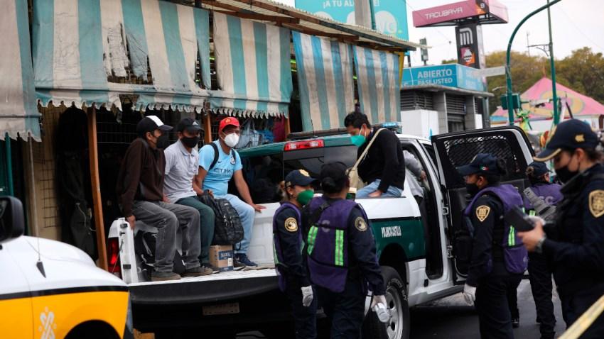 Policías apoyan en sus patrullas ante la falta de transporte en Ciudad de México