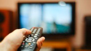 Foto genérica de alguien viendo televisión