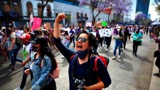 Mujeres marchan en protesta por la violencia en el marco del 8 de Marzo