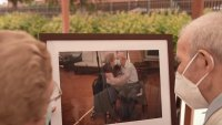 Pareja cuya foto besándose ganó un Pulitzer se reúne con fotógrafo un año después