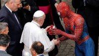 """""""Spiderman"""" sorprende al papa Francisco y le hace un regalo"""