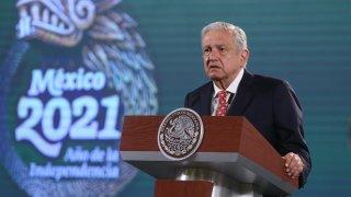 Fotografía del presidente mexicano de pie detrás de un atril