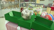Venden pelotas de fútbol con cristales Swarovski