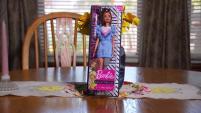 Ella ya no juega con muñecas pero al salir a la venta la Fashionista #121 de Mattel, tuvo una idea. Ella toda la vida ha vivido con una pierna amputada.&...