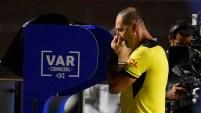 El árbitro Nestor Pitana verifica el VAR para imponer una penalización para Brasil durante el partido de la Copa América Brasil 2019...