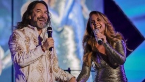 """""""El Buki"""" y Lucero bailan pegaditos en concierto"""