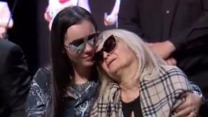Sarita rompe en llanto en homenaje a su padre José José