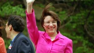 Senadora Klobuchar se suma a la carrera presidencial