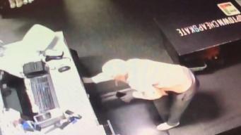 En video: ladrón va directo por la caja registradora