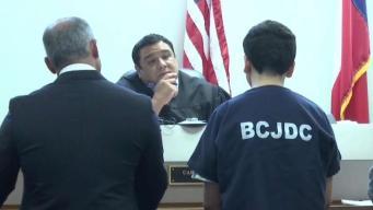 Menor acusado de matar a su madre comparece en corte