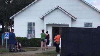 Decenas entran a iglesia convertida en monumento tras masacre