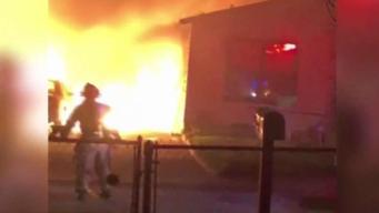 Más de 100 bomberos combaten arrasador incendio