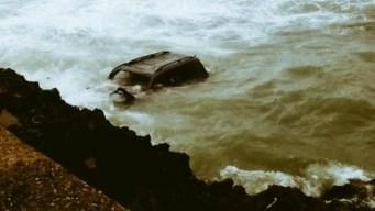 Auto con 4 personas cae al mar caribe en Dominicana