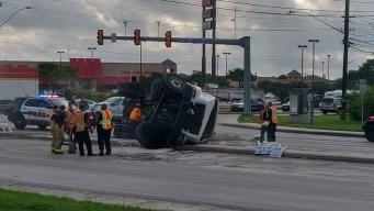 Volcadura de camión paraliza transitada intersección