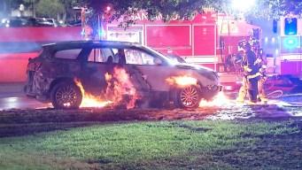 Colchón en las vías causa que auto estalle en llamas