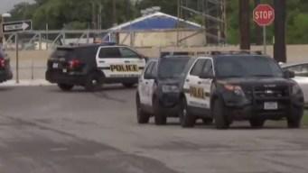 Policía se va a los puños con sospechoso y le dispara