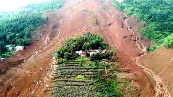 Deslave sepulta decenas de casas con gente adentro