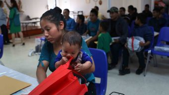 Polémica tras primeras audiencias de asilo en carpas