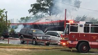 Incendio arrasa con agencia de autos en Bandera Road