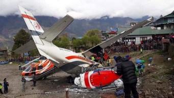 Tragedia: avión patina y choca contra dos helicópteros