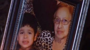 Realizan vigilia por niño y abuela muertos en incendio