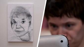 Mujer con parálisis pinta solo usando su mirada