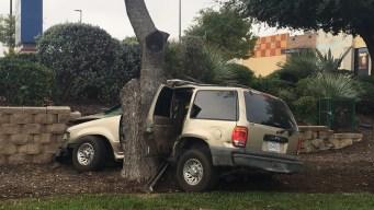 Rescatan a conductor de camioneta tras brutal choque
