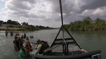 14 niños entre migrantes abandonados en medio de río