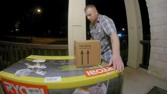 In fraganti: roban paquetes de la entrada de una casa