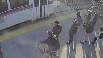 En video: salvan la vida a invidente en cruce ferroviario