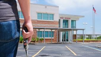 Distrito escolar debate permitir a maestros portar armas