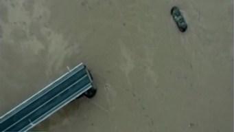 Puente se desploma sobre un rio; hay desaparecidos