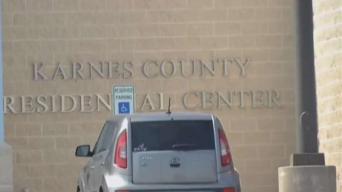 Padres se revelan contra el personal de centro de detención