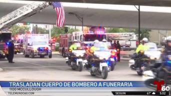 Trasladan cuerpo de bombero a funeraria