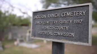 Histórico cementerio se salva del muro fronterizo