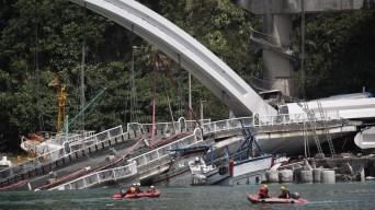 Al menos cuatro muertos tras desplome de puente