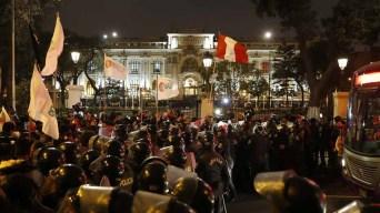 Clamor popular tras la disolución de Congreso peruano
